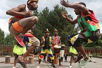 Hudební a taneční skupina IYASA ze Zimbabwe v ústecké zoo.