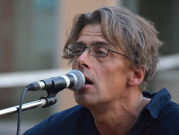 Jiří Imlauf (1966), učitel a kytarista, frontman ústecké rockové skupiny Houpací koně.