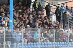 Fotbalisté Ústí (modří) doma prohráli se Sokolovem 1:2.