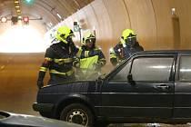 Požár dvou aut likvidovali hasiči v tunelu Radejčín na dálnici D8.