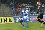 Youba Dramé střílí první gól. Utkání Ústí nad Labem (v modrobílém) proti Hradci Králové