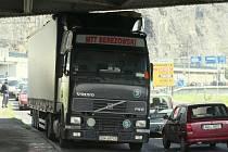 Řidič polského kamionu směřující do Teplic zablokoval v pátek kolem poledne dopravu na Pražské ulici.
