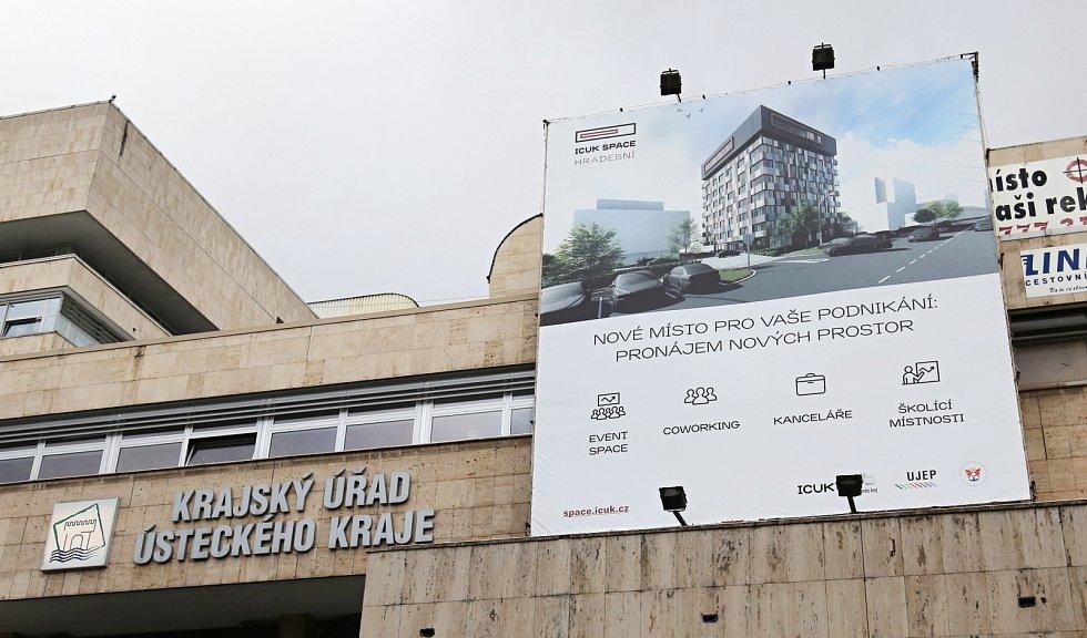 Na budově Krajského úřadu Ústeckého kraje je billboard, který zakrývá na fasádě komunistické symboly.