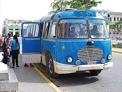 Stará auta a motocykly československé výroby na Kubě.