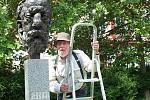 Pozornosti vandalů a zlodějů kovů neušla ani busta Bedřicha Smetany. Na snímku po instalaci plastové kopie s autorem Stanislavem Hanzíkem.