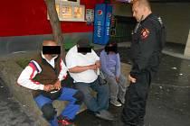 Ústečtí strážníci kontrolují bezdomovce.
