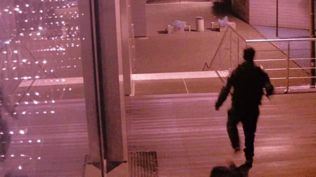 Pachatel utíká po brutálním útoku na ženu v ústecké ulici České Mládeže
