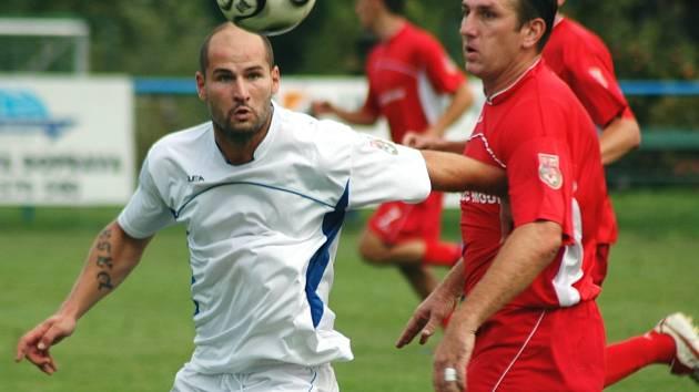 Fotbalisté Neštěmic (bílé dresy) uhráli v Modlanech bod za porážku 1:2 po penaltách.
