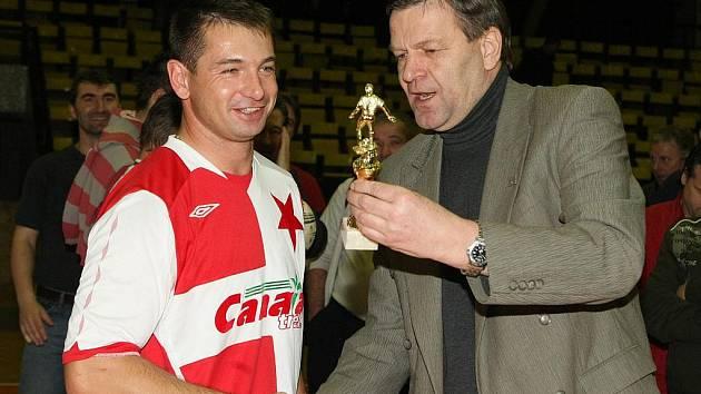 Legenda pražské Slavie Pavel Kuka se loni na Old Boys Cupu radoval z prvenství svého týmu.