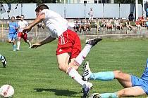 Fotbalisté Trmic (modré dresy) doma podlehli Střekovu 0:1.