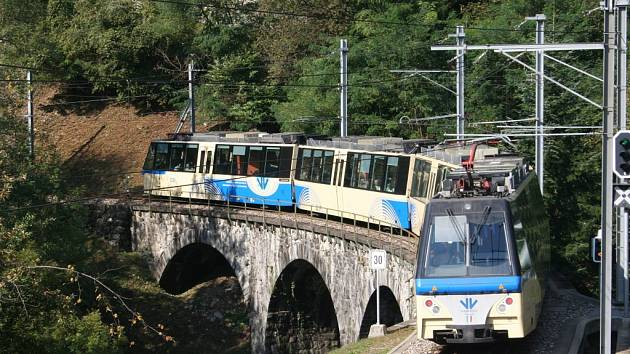 Putování sto údolími jedním horským vlakem.