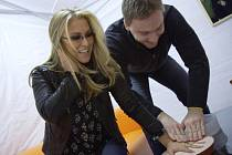 Svou dlaň poskytla i hvězda světové pop music Anastacia.