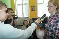 Dětská televize působí na Základní škole v Trmicích. Redaktory a kameramany jsou žáci z několika tříd.