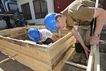 MONTÁŽ DŘEVĚNÉHO BEDNĚNÍ museli u závěrečných praktických zkoušek předvést žáci oboru tesař ze Střední odborné školy stavební a technické v Krásném Březně.