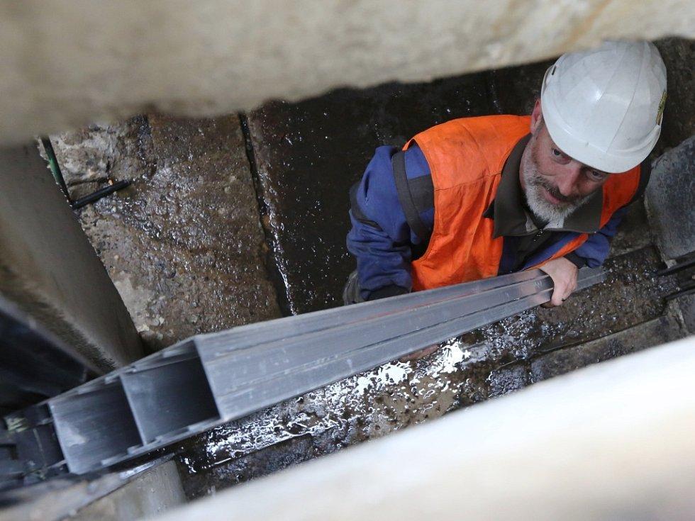 Pracemi v podzemí začala montáž mobilních protipovodňových zábran.
