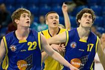 Ústečtí basketbalisté Alexandr Novák (vlevo) a Jakub Hojdar jako by vyhlíželi postup do finále 1. ligy.