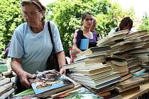 Burza knih, které vyřadila ústecká knihovna.