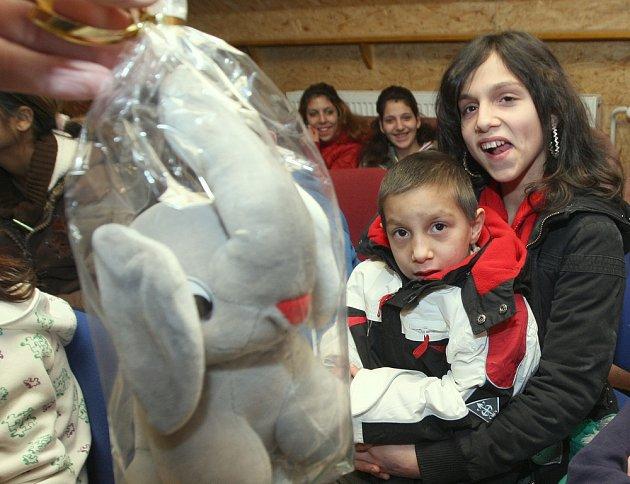 Děti z Nízkoprahového klubu v Matiční ulici dostaly dárky.