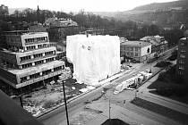 Budova obvodního oddělení Sboru národní bezpečnosti šla k zemi 22. března 1985 úderem 18.00. hodiny. Horní snímek zachycuje budovu zahalenou do protiprachové ochrany, prostřední snímek pak situaci bezprostředně po explozi. Spodní snímek pak dokumentuje už
