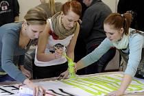 V prostorách Filozofické fakulty Univerzity Jana Evangelisty Purkyně v Ústí se ve středu konal happening, na kterém studenti připravovali transparenty pro čtvrteční demonstraci.