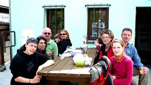Němečtí turisté často usedají před informačním centrem v Horním Hanychově a svačí z batohu