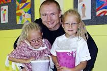 Lukáš Konečný poprvé odvedl svá dvojčata Báru a Jaromíru do školy Rabasova na Doběticích. Každá dcera bude ale raději chodit do jiné třídy.
