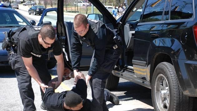 Netradiční způsob jak si počíhat na zloděje a dostat je do chládku zvolily policejní jednotky z Las Vegas a Los Angeles.