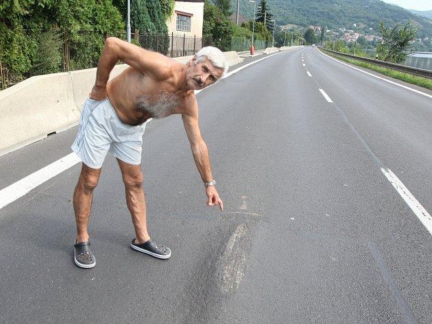 """Nebezpečná boule číhá na řidiče na silnice u Dolních Zálezel. """"Po projetí místem zastavuje nejeden řidič a prohlíží si podvozek,"""" uvedla Zdenka Lonková z přilehlého domu."""