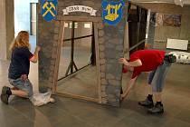 Petr Vidlas (v červeném s čepicí) a Hynek Kolář ze společnosti Tercie během instalace nové expozice.