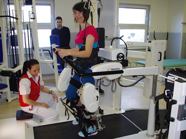 Přístroj pro roboticky asistovanou rehabilitaci chůze Lokomat Pro slouží v Masarykově nemocnici.