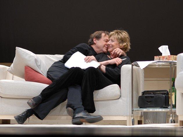 """Inscenace """"Hra vášní"""". Dana Syslová s hereckým partnerem Oldřichem Víznerem."""