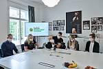 Freestyle motokrosař Petr Pilát a paralympijská atletka Anna Luxová vylosovali pro školy zapojené do projektu Sazka Olympijský víceboj zážitek v podobě Olympijských tréninků a Sportovních dnů Paralympijské výzvy na podzim 2020.