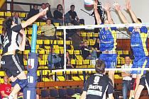 Ústeckým volejbalistům (v modrém) se letos na domácí půdě daří. Naposledy zde porazili České Budějovice 3:2.