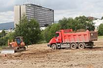 Úpravou plochy po bývalém sektorovém centru začala na Severní Terase stavba sportoviště.