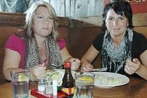 Spokojené návštěvnice restaurace Daniela Smržová a Květa Hromasová.
