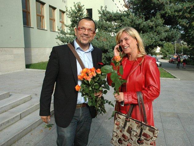 Jaroslav Foldyna rozdával před kulturním domem předvolební růže sociální demokracie.