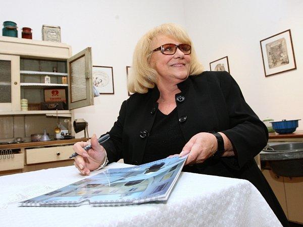 Herečka, malířka a spisovatelka Iva Hüttnerová vÚstí nad Labem.