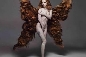 HEREČKA Anna Linhartová s křídly z pravých lidských vlasů od teplické designérky Jany Burdové na snímku Lucie Robinson, která kalendář pro kampaň 12 plus 12 nafotila.