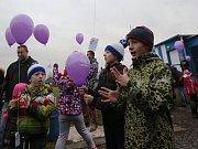 BALÓNKY S VÁNOČNÍMI PŘÁNÍČKY vypouštěly děti na fotbalovém hřišti v Chabařovicích.