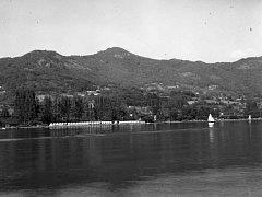 V roce 1960 stál na břehu Labe v Brné dětský letní tábor. Jen ty plachetnice odsud nezmizely.