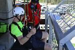 Ve čtvrtek poprvé zprovozní novou atrakci v Klínech na Mostecku. Krušnohorským údolím prosvištíte na unikátní zipline. Reportér Deníku (na snímku) lanovou dráhu vyzkoušel ještě před otevřením.