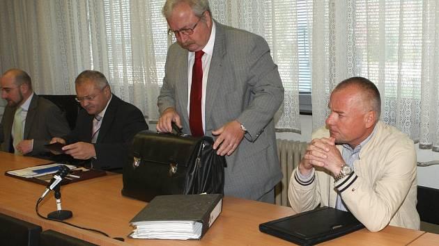 Zleva výrobní ředitel Radovan Macek, zprava bývalý generální ředitel František Janů čekají na začátek soudního jednání.