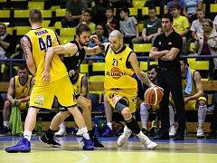 Ústečtí  basketbalisté v důležitém utkání s Brnem nezaváhali. Na snímku obchází protihráče Pavel Bosák ze Slunety.