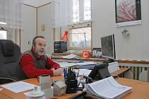 Starosta Josef Macháček ve své kanceláři.