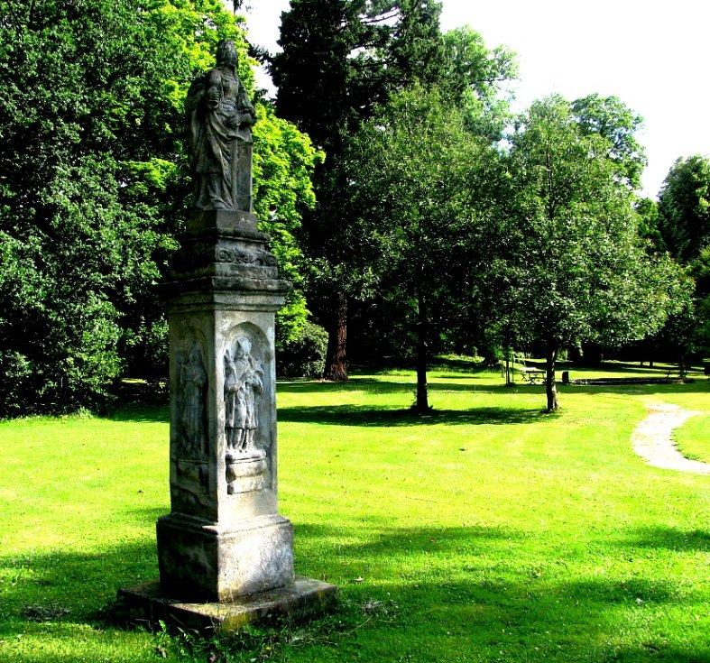 Poklidnou náladu parku tvoří i sochy světců.