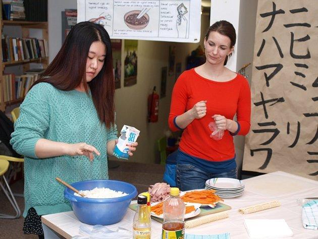 Studentka Sohyun Lee učila účastníky semináře, jak připravovat korejskou kuchyni.