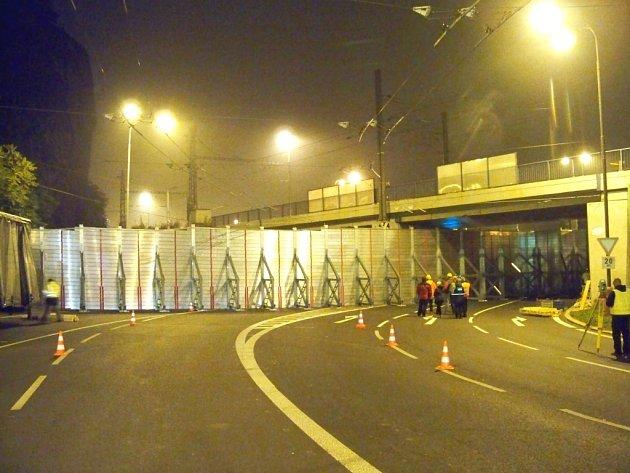 Protipovodňová stěna pod podjezdem u pěti oblouků.