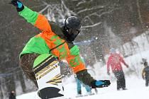 Milovníci lyžování a snowboardu se konečně dočkali. V lyžařském středisku Telnice provozovatelé spustili první vlek - dětskou Mevu.