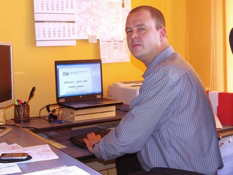 Železničář roku Petr Novotný v práci u svého počítače.