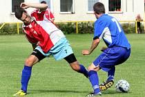 Fotbalisté Svádova (červení) nezvládli odvetné utkání s Libochovicemi a sestupují do okresního přeboru.